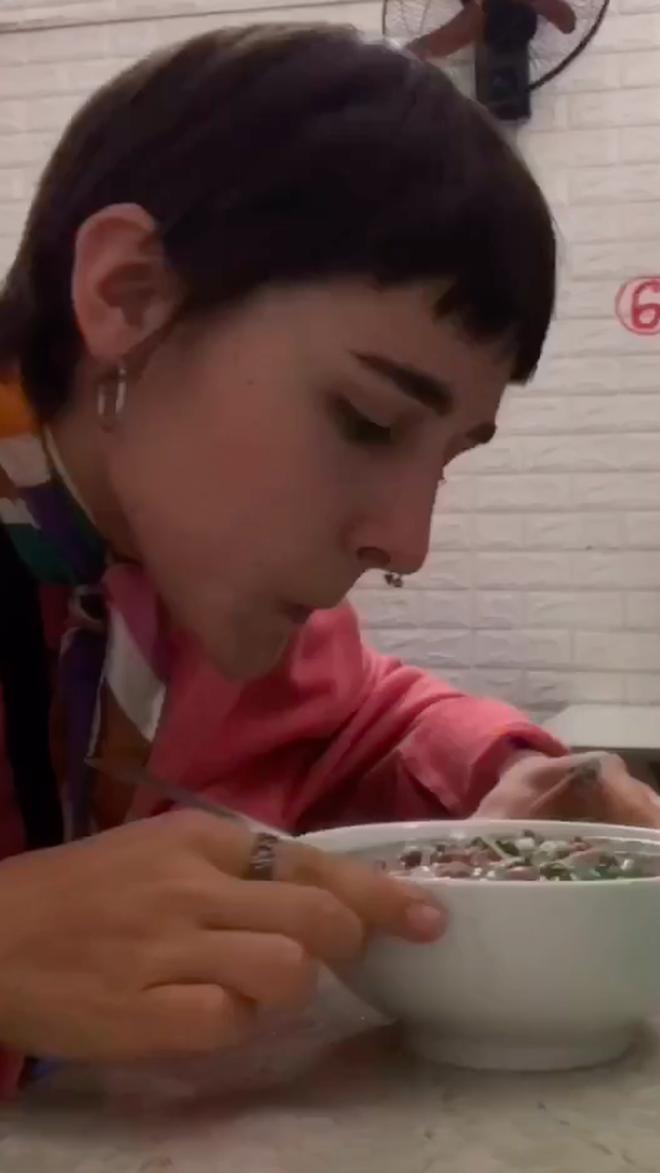 """Hai gái Tây bập bẹ tiếng Việt vào quán phở dõng dạc hô """"Cho hai phở tái"""" và cái kết dễ thương: Chắc chắn là """"nghiện"""" luôn rồi! - Ảnh 4."""