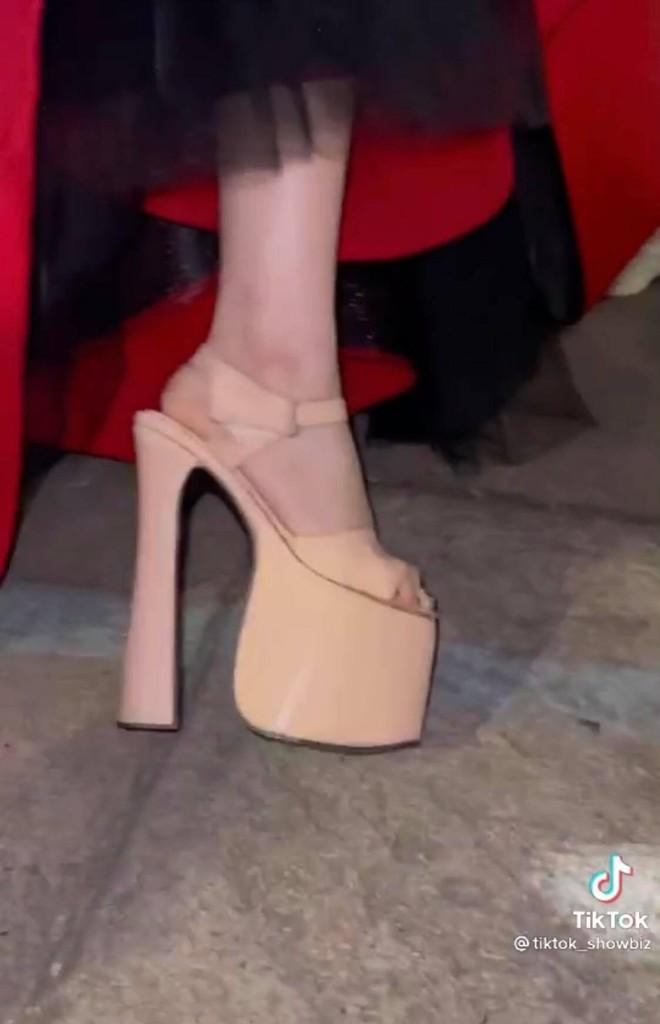 """Hòa Minzy hé lộ đôi giày cao """"kỷ lục"""" giúp ăn gian chiều cao, được dùng nhiều đến mức sờn cả da - Ảnh 4."""