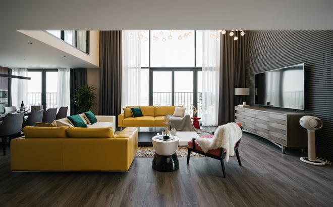 """Căn duplex của chủ nhà """"chơi hệ"""" đa màu sắc: Không gian rực rỡ như gallery, ngó góc làm việc là thấy độ chịu chơi - Ảnh 2."""