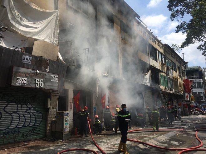 Vụ cháy tại chung cư cũ ở trung tâm Sài Gòn: 1 trong 6 người bị thương đã tử vong - Ảnh 1.