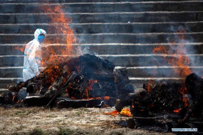 Địa ngục Covid thứ 2: Lò hỏa táng quá tải, quốc gia hàng xóm của Ấn Độ cũng buộc phải hỏa thiêu thi thể ngoài trời - ảnh 4