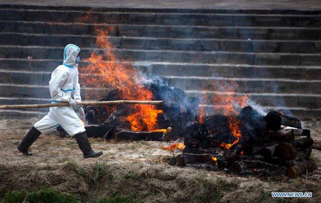 Địa ngục Covid thứ 2: Lò hỏa táng quá tải, quốc gia hàng xóm của Ấn Độ cũng buộc phải hỏa thiêu thi thể ngoài trời - ảnh 5