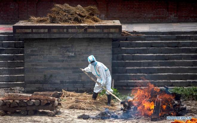 Địa ngục Covid thứ 2: Lò hỏa táng quá tải, quốc gia hàng xóm của Ấn Độ cũng buộc phải hỏa thiêu thi thể ngoài trời - ảnh 6