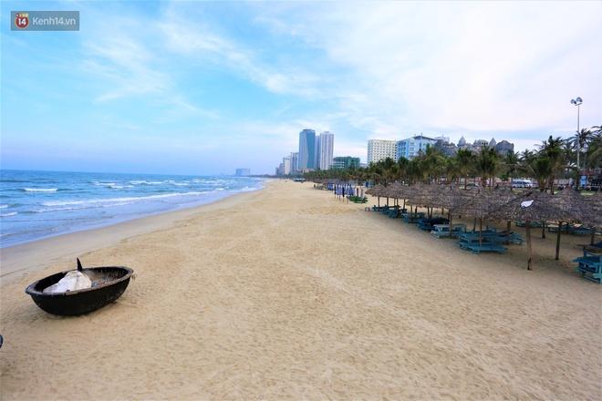 Ảnh: Bãi biển, khu vui chơi ở Đà Nẵng vắng bóng người trong ngày đầu siết chặt các biện pháp phòng, chống Covid-19 - ảnh 9