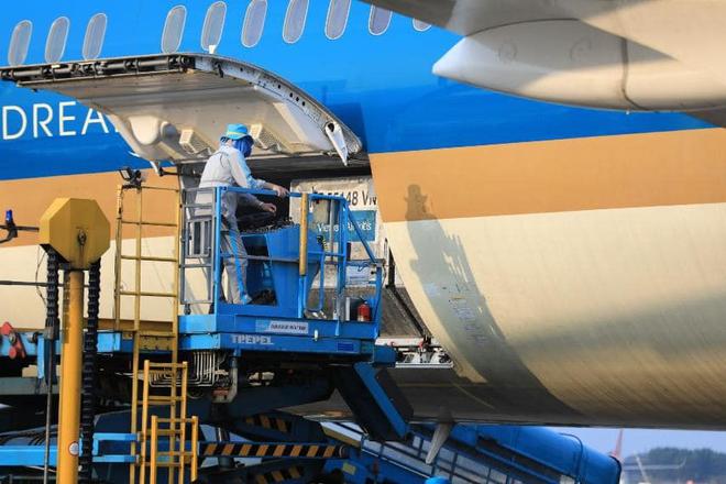 Vietnam Airlines thực hiện an toàn chuyến bay chở trang thiết bị y tế hỗ trợ Lào - Ảnh 3.