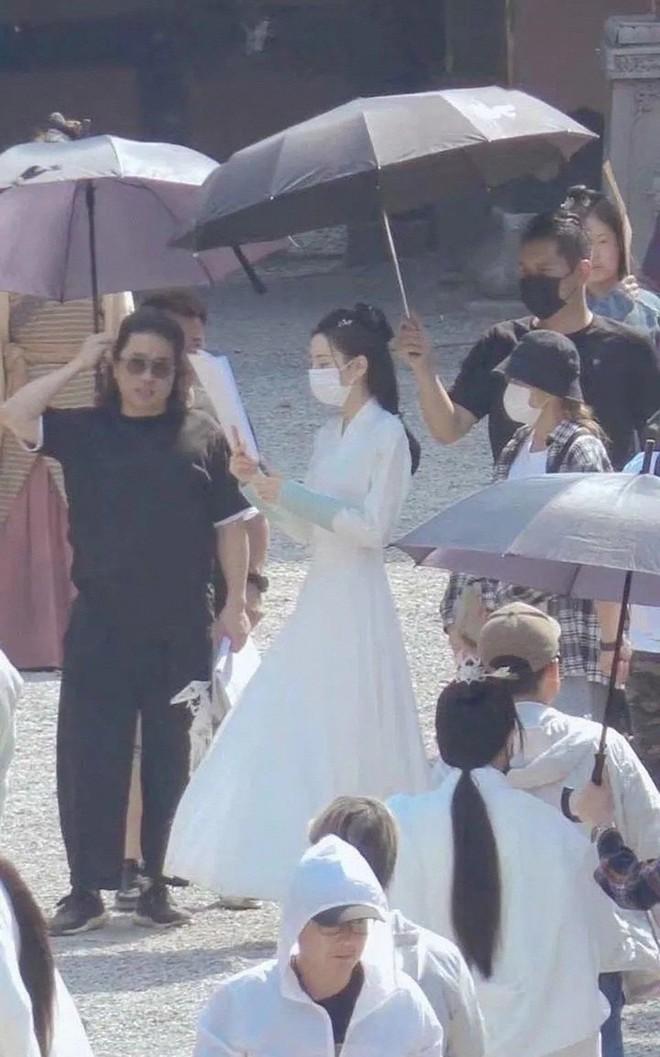 Lộ ảnh Địch Lệ Nhiệt Ba gầy trơ xương ở phim mới, netizen lo lắng ép cân quá đà - ảnh 2