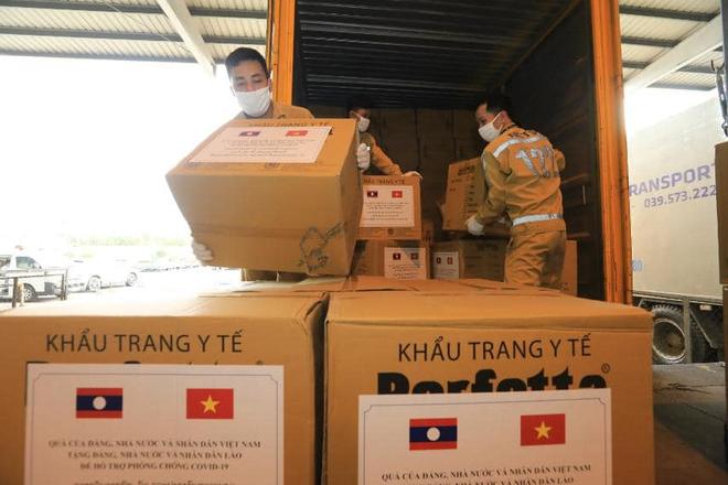 Vietnam Airlines thực hiện an toàn chuyến bay chở trang thiết bị y tế hỗ trợ Lào - Ảnh 2.