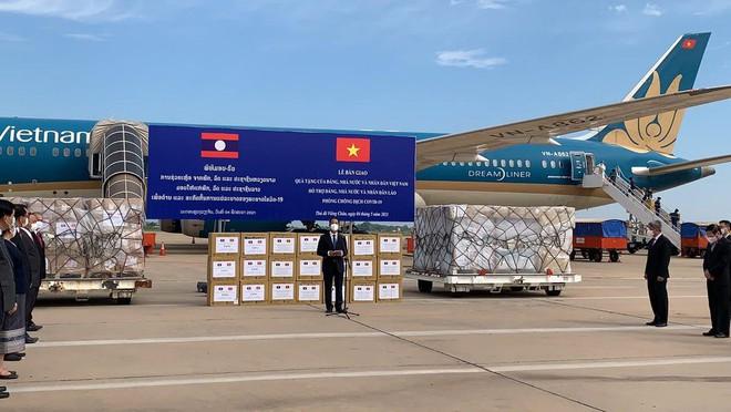 Vietnam Airlines thực hiện an toàn chuyến bay chở trang thiết bị y tế hỗ trợ Lào - Ảnh 1.