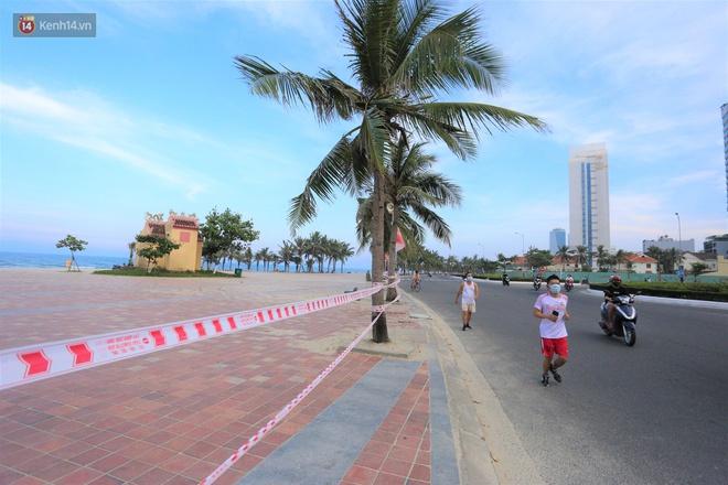 Ảnh: Bãi biển, khu vui chơi ở Đà Nẵng vắng bóng người trong ngày đầu siết chặt các biện pháp phòng, chống Covid-19 - ảnh 2