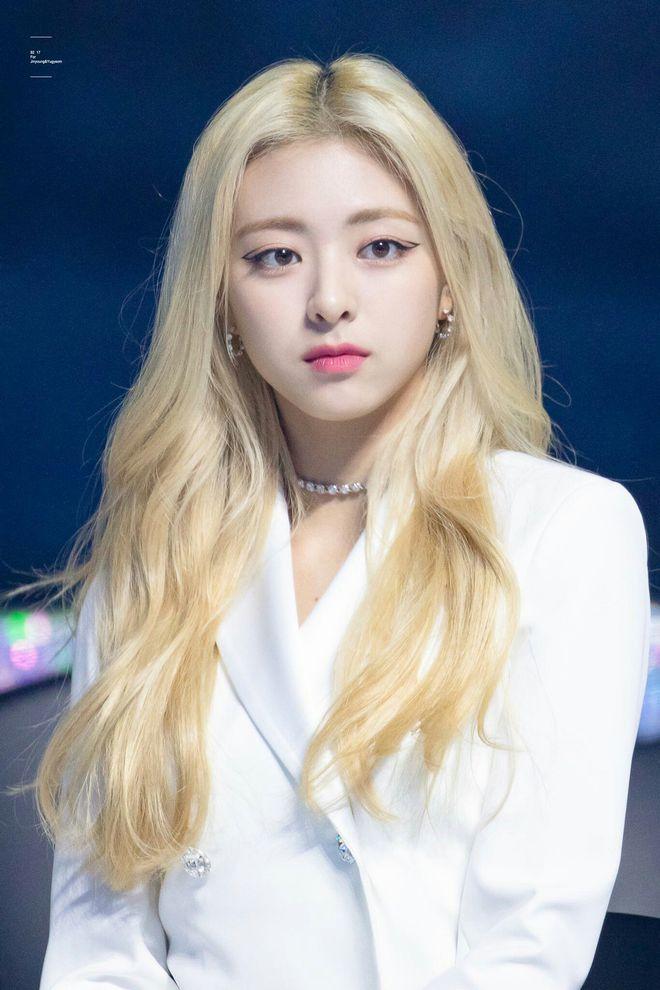 Học sinh trường nghệ thuật hé lộ idol đẹp nhất ngoài đời: Nữ thần Gen Z nhà JYP xinh như búp bê, em trai BTS và nam idol kém tiếng ai đẹp hơn? - Ảnh 2.