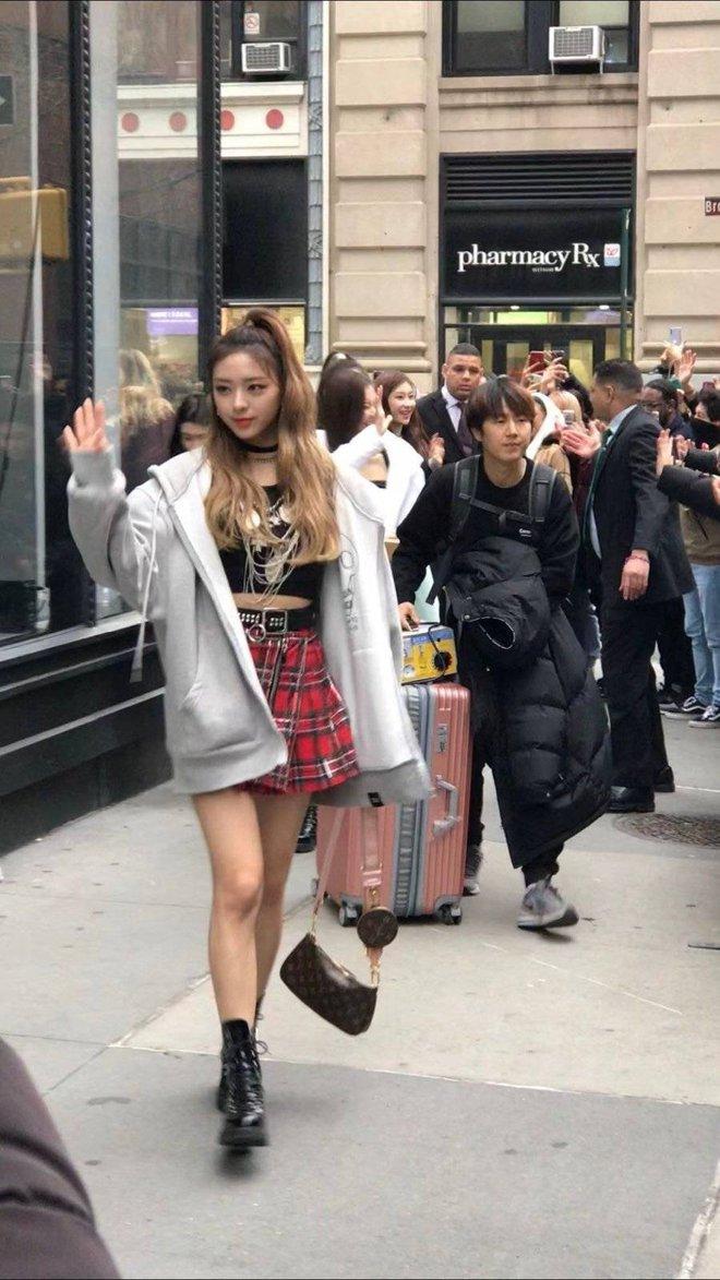 Học sinh trường nghệ thuật hé lộ idol đẹp nhất ngoài đời: Nữ thần Gen Z nhà JYP xinh như búp bê, em trai BTS và nam idol kém tiếng ai đẹp hơn? - Ảnh 5.