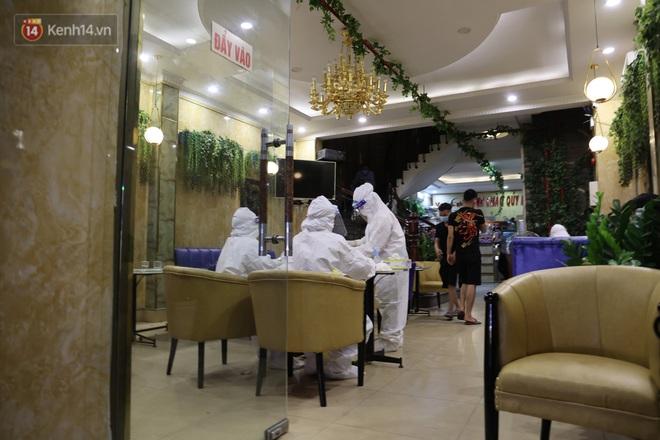 Ảnh: Lấy mẫu xét nghiệm nhân viên, phun khử khuẩn quán karaoke nơi nam bác sĩ dương tính với SARS-CoV-2 từng đến - ảnh 5