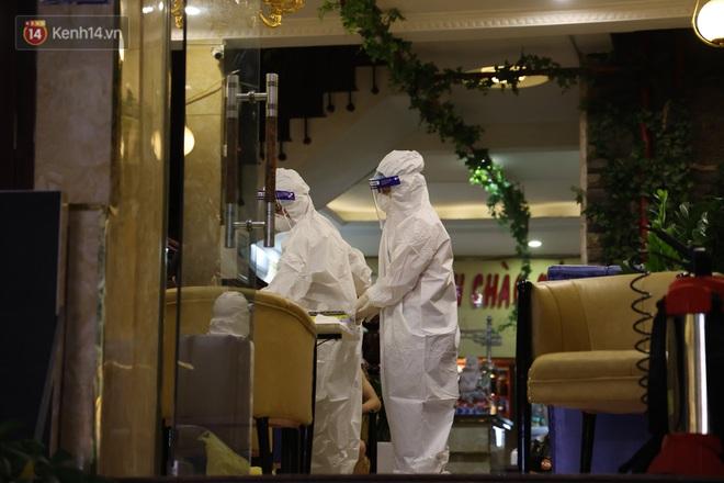 Ảnh: Lấy mẫu xét nghiệm nhân viên, phun khử khuẩn quán karaoke nơi nam bác sĩ dương tính với SARS-CoV-2 từng đến - ảnh 4