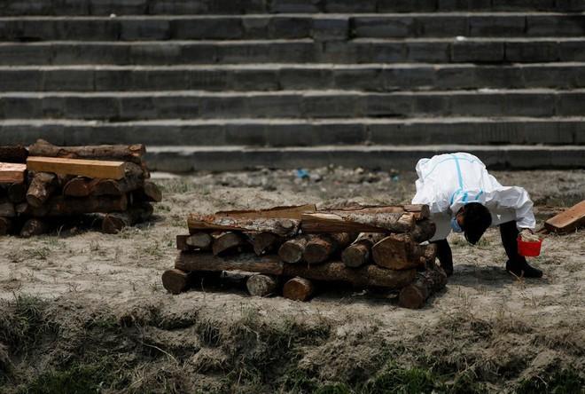 Địa ngục Covid thứ 2: Lò hỏa táng quá tải, quốc gia hàng xóm của Ấn Độ cũng buộc phải hỏa thiêu thi thể ngoài trời - ảnh 3