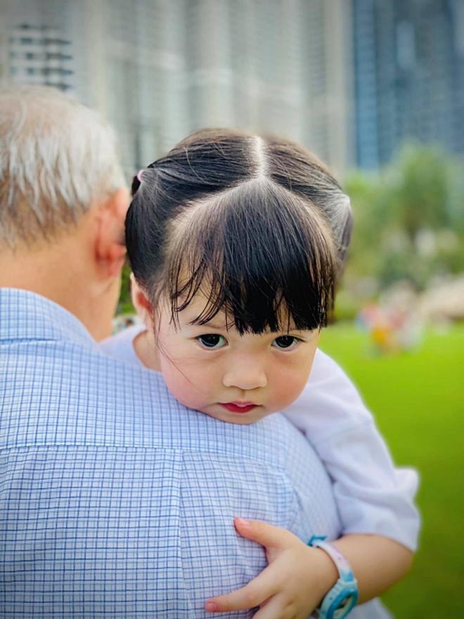 """Bố mẹ chồng quyền lực của Đặng Thu Thảo hiếm hoi """"lên sóng"""", chỉ 1 khoảnh khắc là biết độ cưng chiều cháu nội ra sao - Ảnh 4."""