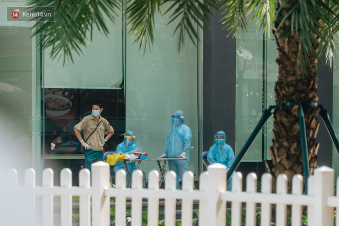Ảnh: Cận cảnh phong tỏa, phun khử khuẩn, tiếp tế đồ ăn tại tòa chung cư ở Times City có chuyên gia Ấn Độ dương tính với SARS-CoV-2 - Ảnh 2.