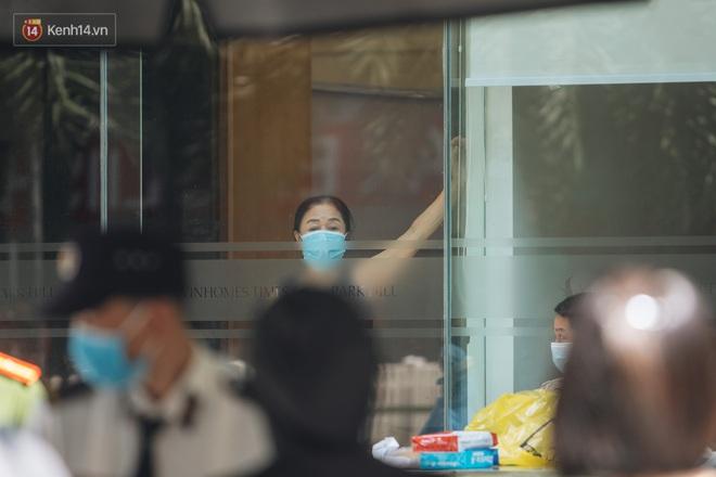 Ảnh: Cận cảnh phong tỏa, phun khử khuẩn, tiếp tế đồ ăn tại tòa chung cư ở Times City có chuyên gia Ấn Độ dương tính với SARS-CoV-2 - Ảnh 6.