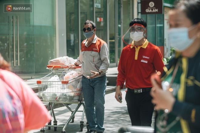 Ảnh: Cận cảnh phong tỏa, phun khử khuẩn, tiếp tế đồ ăn tại tòa chung cư ở Times City có chuyên gia Ấn Độ dương tính với SARS-CoV-2 - Ảnh 9.