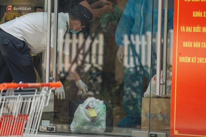 Ảnh: Cận cảnh phong tỏa, phun khử khuẩn, tiếp tế đồ ăn tại tòa chung cư ở Times City có chuyên gia Ấn Độ dương tính với SARS-CoV-2 - Ảnh 13.