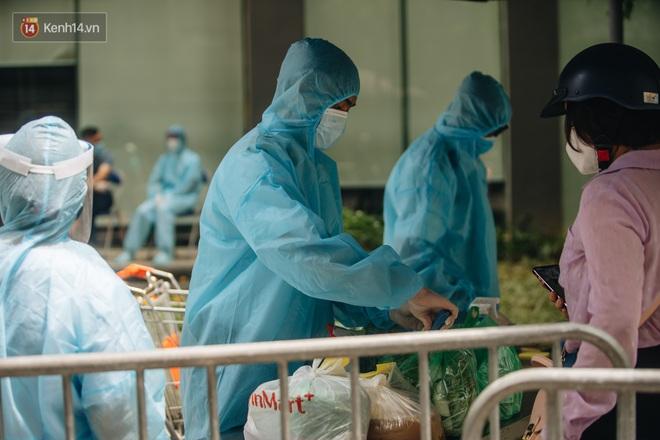 Ảnh: Cận cảnh phong tỏa, phun khử khuẩn, tiếp tế đồ ăn tại tòa chung cư ở Times City có chuyên gia Ấn Độ dương tính với SARS-CoV-2 - Ảnh 8.