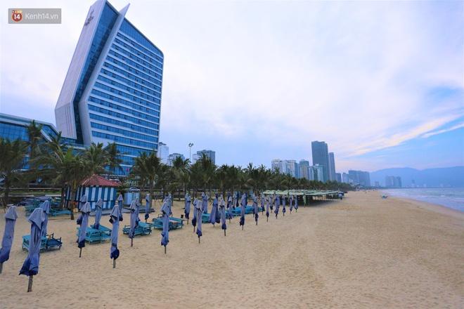 Ảnh: Bãi biển, khu vui chơi ở Đà Nẵng vắng bóng người trong ngày đầu siết chặt các biện pháp phòng, chống Covid-19 - ảnh 14