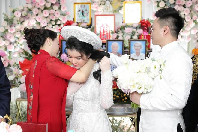 Vợ chồng ông Dũng lò vôi đi hỏi vợ cho con trai, khoảnh khắc nàng dâu hào môn thể hiện tình cảm với bà Phương Hằng gây chú ý - ảnh 3