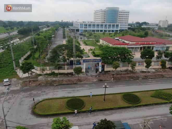 Ảnh: Cận cảnh phong tỏa, tiếp tế tại Bệnh viện Bệnh Nhiệt đới Trung ương cơ sở 2 - ảnh 1