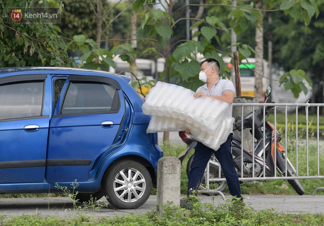 Ảnh: Cận cảnh phong tỏa, tiếp tế tại Bệnh viện Bệnh Nhiệt đới Trung ương cơ sở 2 - ảnh 9