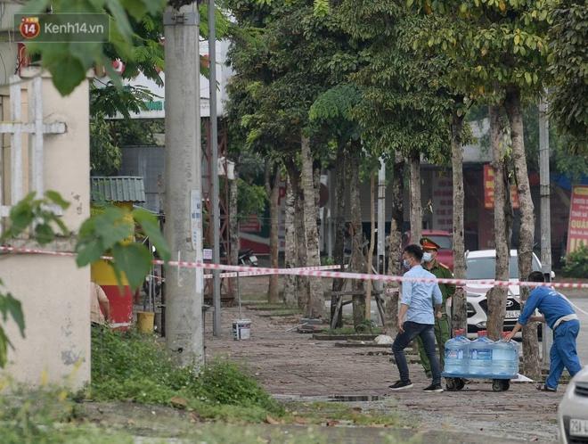 Ảnh: Cận cảnh phong tỏa, tiếp tế tại Bệnh viện Bệnh Nhiệt đới Trung ương cơ sở 2 - ảnh 6