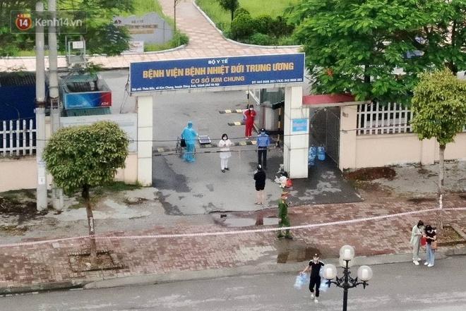Ảnh: Cận cảnh phong tỏa, tiếp tế tại Bệnh viện Bệnh Nhiệt đới Trung ương cơ sở 2 - ảnh 3