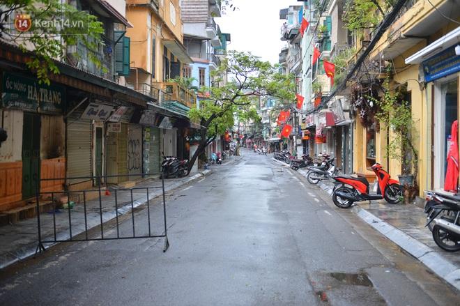 Hà Nội: Cận cảnh phong tỏa, phun khử khuẩn 1 đoạn con phố Đinh Liệt cùng rất nhiều điểm đến của ca dương tính SARS-CoV-2 - ảnh 3