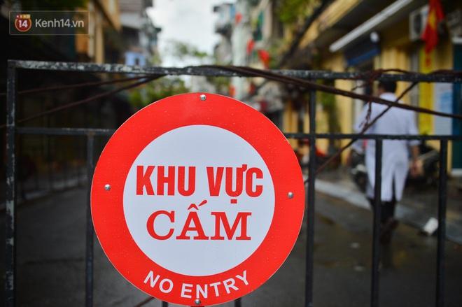 Hà Nội: Cận cảnh phong tỏa, phun khử khuẩn 1 đoạn con phố Đinh Liệt cùng rất nhiều điểm đến của ca dương tính SARS-CoV-2 - ảnh 5