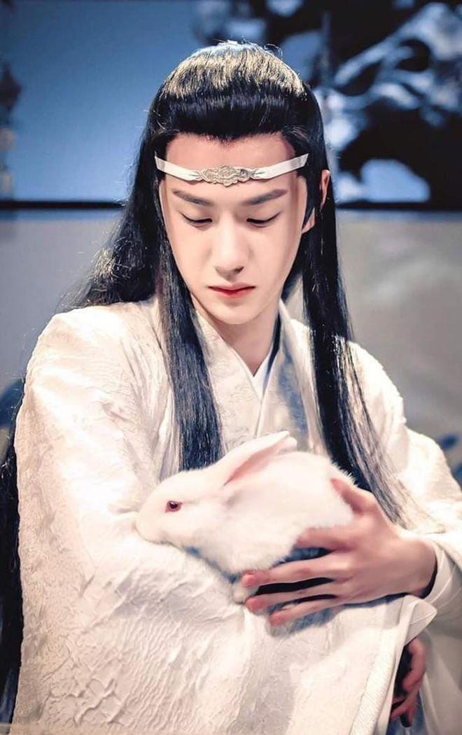 Fan khóc thét với tượng sáp Lam Vong Cơ (Vương Nhất Bác) như ông chú trung niên, nhìn còn hao hao Dạ Hoa nữa cơ! - ảnh 13