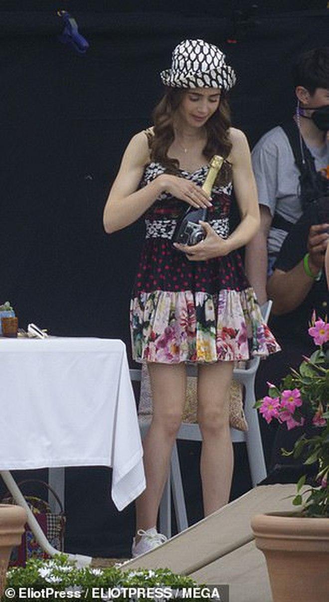 Ảnh hậu trường mới gây sốc của Lily Collins (Emily in Paris): Gầy đáng báo động, nhìn đến xương ngực mà hoảng hốt - ảnh 5