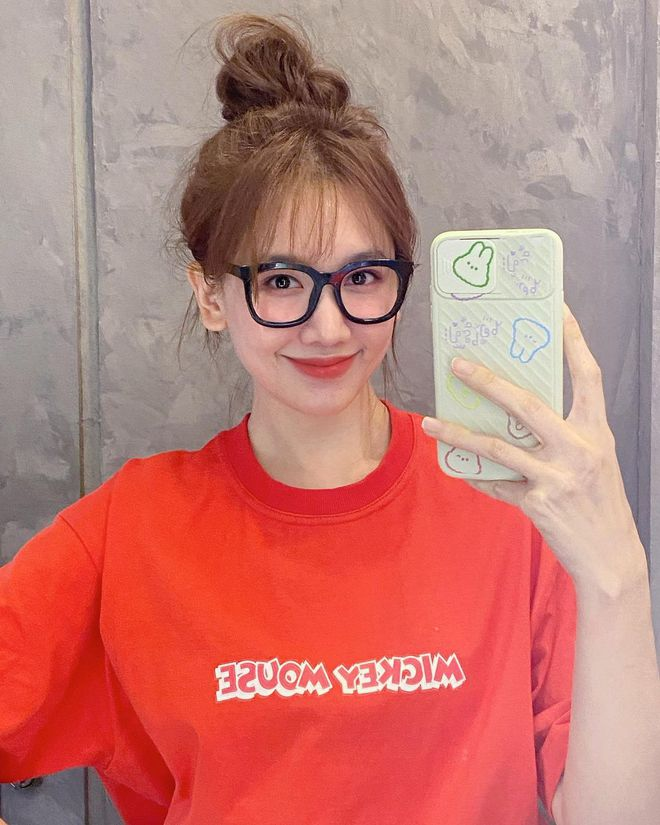 Để ý mới thấy Hari Won có 4 cách buộc tóc rất trẻ trung và xinh tươi, lý tưởng để nàng 30+ copy theo - ảnh 1