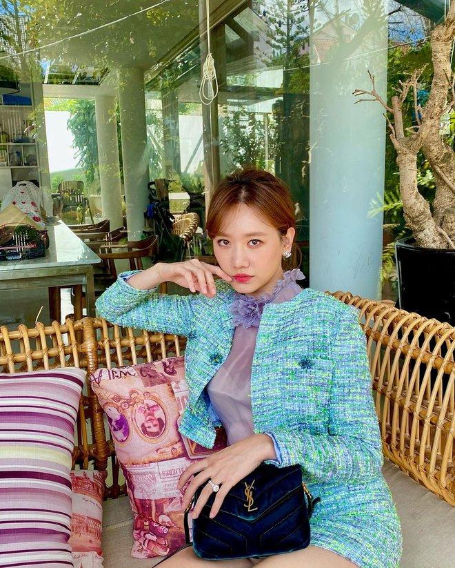 Để ý mới thấy Hari Won có 4 cách buộc tóc rất trẻ trung và xinh tươi, lý tưởng để nàng 30+ copy theo - ảnh 4