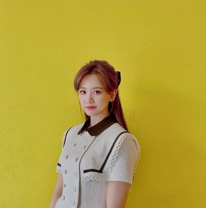 Để ý mới thấy Hari Won có 4 cách buộc tóc rất trẻ trung và xinh tươi, lý tưởng để nàng 30+ copy theo - ảnh 11