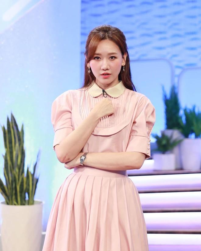 Để ý mới thấy Hari Won có 4 cách buộc tóc rất trẻ trung và xinh tươi, lý tưởng để nàng 30+ copy theo - ảnh 12