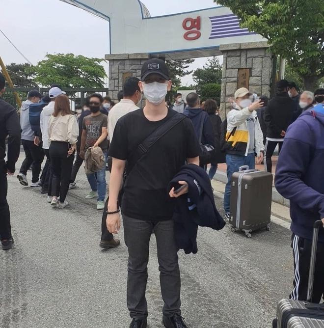 Hé lộ hình ảnh nhập ngũ đầu tiên của Baekhyun (EXO) vào hôm nay, body vạm vỡ lấp ló khiến fan gào thét không thôi - ảnh 1