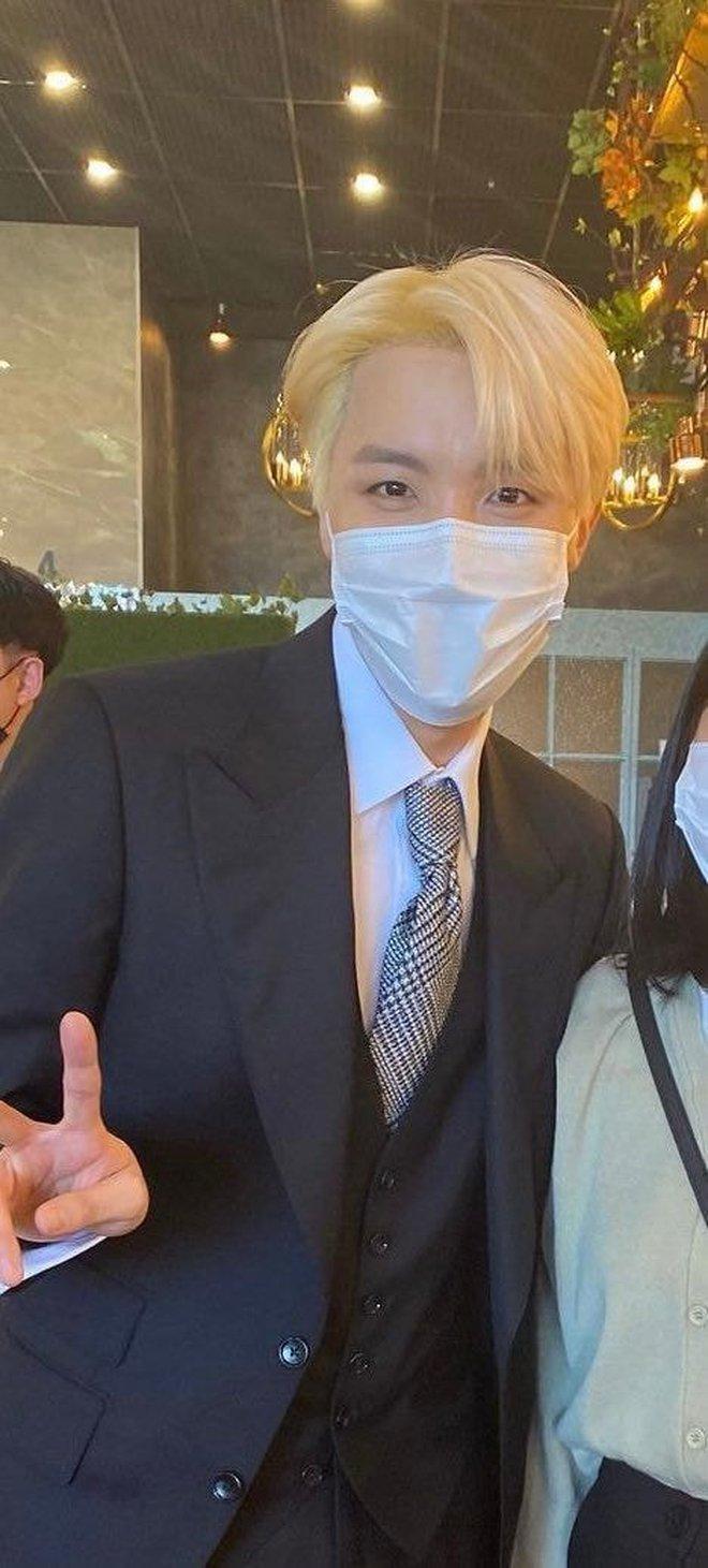 Đám cưới chị gái J-Hope: Dàn khách mời BTS visual đỉnh cao, riêng thành viên giàu nhất nhóm nhuộm tóc mới gây sốt - ảnh 7