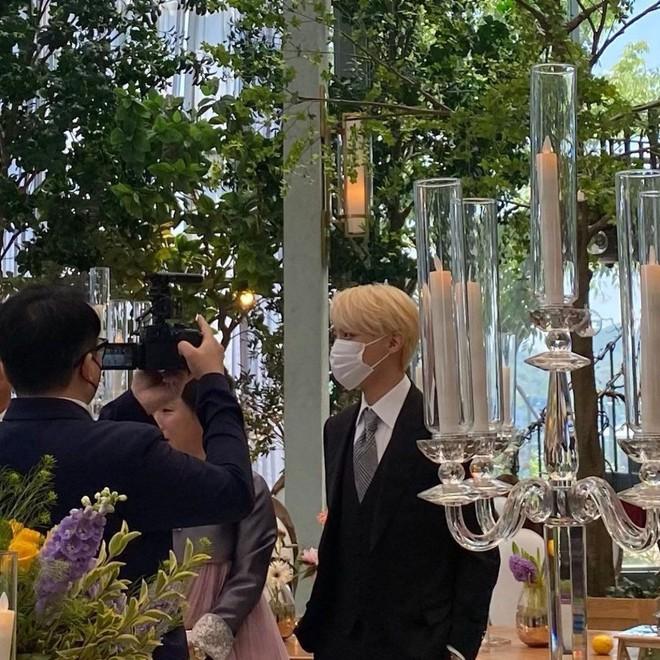 Đám cưới chị gái J-Hope: Dàn khách mời BTS visual đỉnh cao, riêng thành viên giàu nhất nhóm nhuộm tóc mới gây sốt - ảnh 4