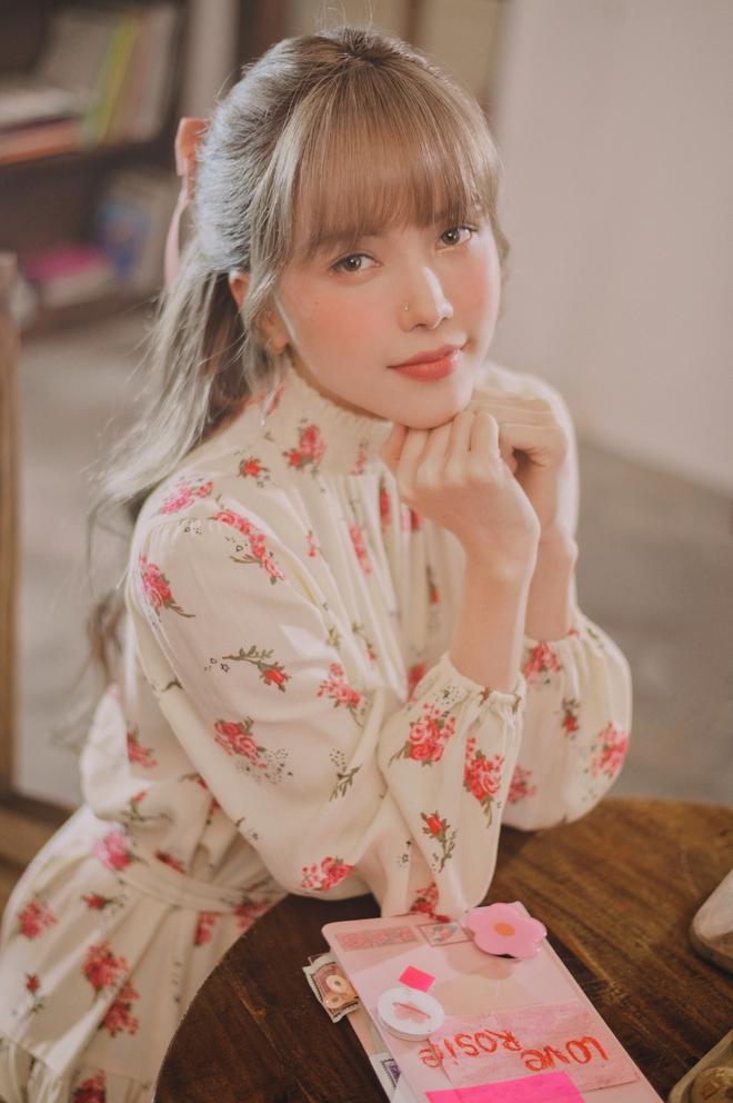 Thiều Bảo Trâm diện toàn váy hoa xinh ngất trong MV mới, bỏ vài ba trăm là bạn sắm được váy xinh ngang ngửa - ảnh 1
