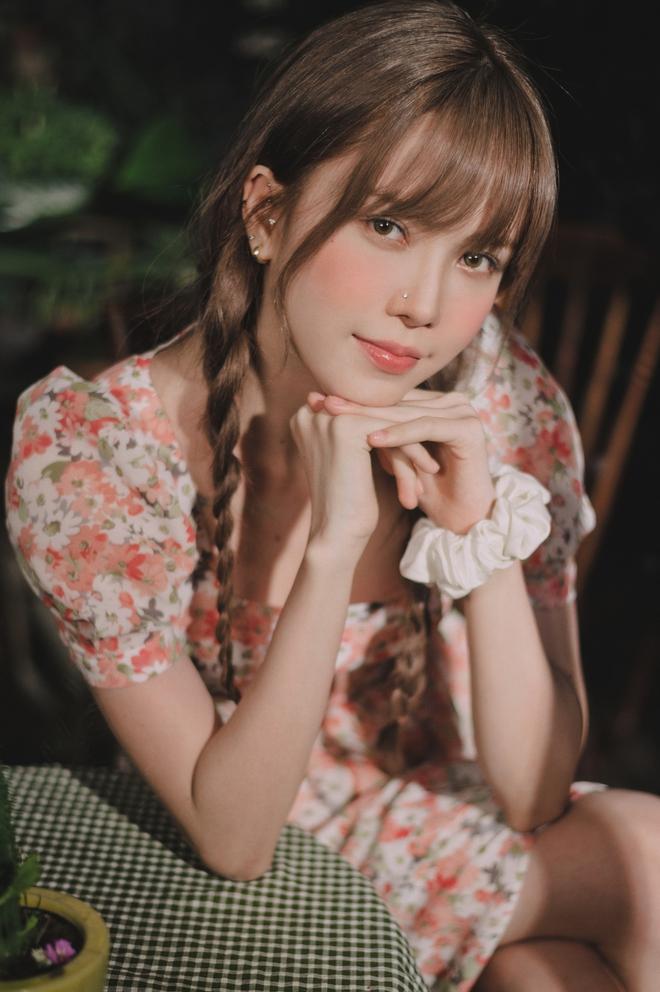 Thiều Bảo Trâm diện toàn váy hoa xinh ngất trong MV mới, bỏ vài ba trăm là bạn sắm được váy xinh ngang ngửa - ảnh 2