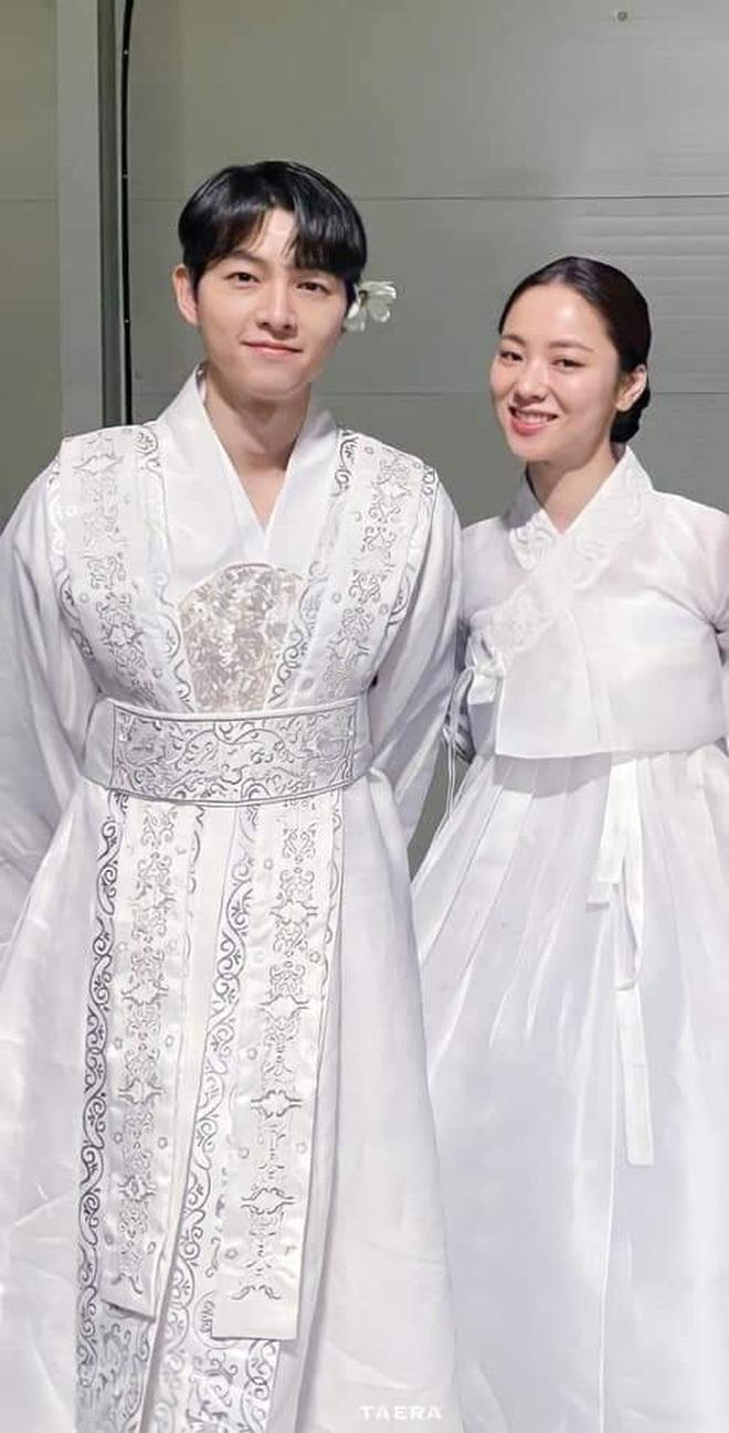 Sau 2 năm ly hôn, Song Joong Ki mới bày tỏ ngầm với 1 người con gái như thế này: Hết thân mật giờ lộ liễu đến mức này rồi? - ảnh 13
