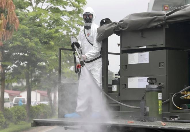 Ảnh: Hơn 1km tuyến đường ven bệnh viện với hơn 6,6 hecta viện K Tân Triều được phun khử khuẩn, tiêu độc - ảnh 10