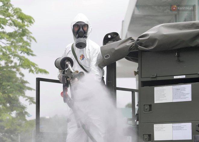 Ảnh: Hơn 1km tuyến đường ven bệnh viện với hơn 6,6 hecta viện K Tân Triều được phun khử khuẩn, tiêu độc - ảnh 11