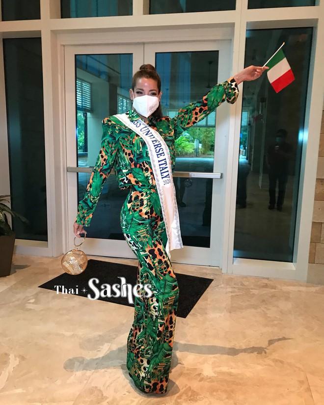 """Netizen thất vọng vì chủ nhà Mỹ tại Miss Universe đi dép bệt lộ diện kém đầu tư, Khánh Vân cùng dàn đối thủ chào sân"""" cực căng! - ảnh 11"""
