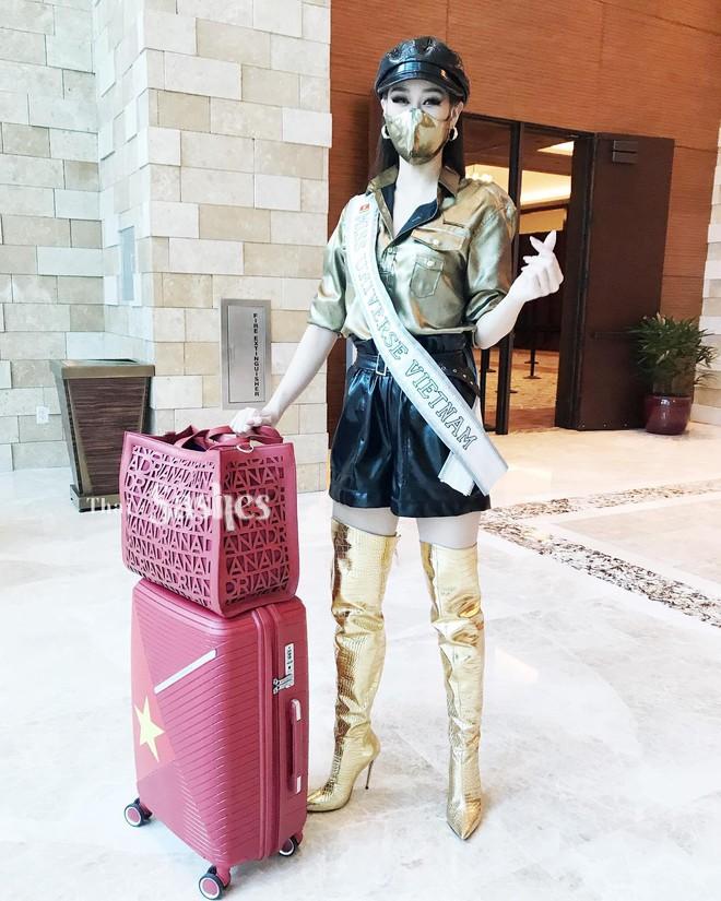 """Netizen thất vọng vì chủ nhà Mỹ tại Miss Universe đi dép bệt lộ diện kém đầu tư, Khánh Vân cùng dàn đối thủ chào sân"""" cực căng! - ảnh 1"""
