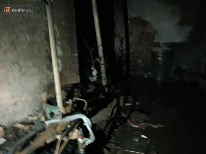 Ám ảnh trong căn nhà cháy khiến 7 người tử vong, trong đó có cô giáo và các em nhỏ: Đồ đạc ám khói đen, xe máy trơ khung - ảnh 2