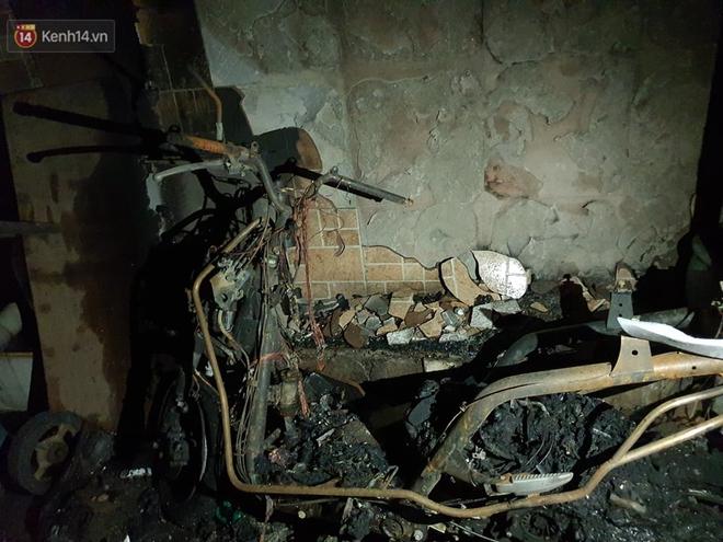Ám ảnh trong căn nhà cháy khiến 7 người tử vong, trong đó có cô giáo và các em nhỏ: Đồ đạc ám khói đen, xe máy trơ khung - ảnh 4